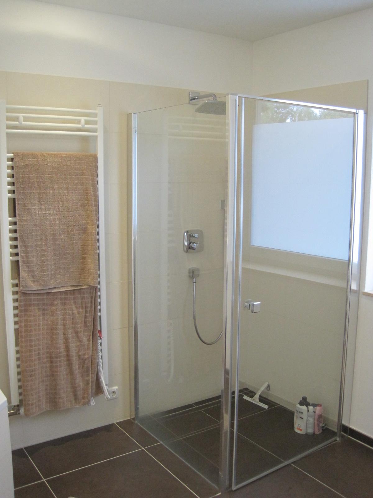 fertiges bad mit ebenerdiger dusche unterputzamaturen und handtuchtrockner baugemeinschaft. Black Bedroom Furniture Sets. Home Design Ideas