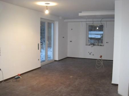 Verputzter-Innenraum-mit-verlegten-Fliesen.jpg